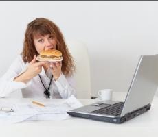 Офисные работники чаще переедают и полнеют