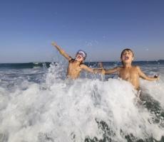 Купание в морской воде, солнечные лучи и йога излечат сколиоз