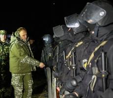 Евгений Шевчук в цветах хаки и окружении автоматчиков