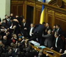 В Верховной Раде поизошла рукопашная схватка оппозиции с Регионалами и коммунистами