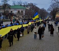 В Одессе пронесли огромный флаг Украины
