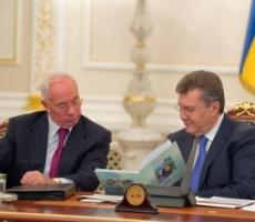 Януковича с Азаровым лишили пенсий - общественность негодует