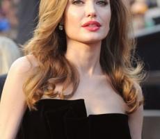 Анджелина Джоли стала Дамой Англии