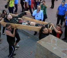 В Одессе атакуют консульство России гробами