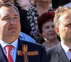 Фото Шевчука и Рогозина с интересом рассматривают в Киеве