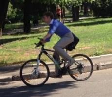 Глава Одесского облсовета ездит на велосипеде