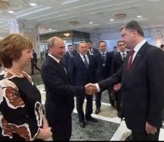 Петр Порошенко пожал руку Владимиру Путину при встрече в Минске