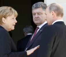 Ангела Меркель ведет параллельные переговоры с Петром Порошенко и Владимиром Путиным о ситуации на Украине