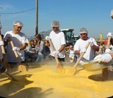 В Молдове приготовили самую большую мамалыгу весом полтонны