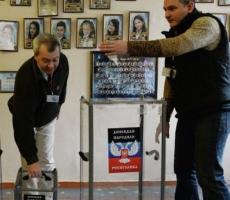 В самопровозглашенных Донецкой и Луганской республиках открылись 400 избирательных участков