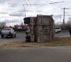 В Бендерах перевернулся грузовик