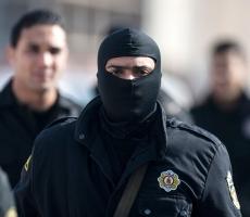В Тунисе террористы захватили заложников и убили восемь человек