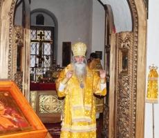 В Андреевском монастыре Москвы женщинам дарили розы