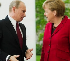 Путин и Меркель почтили память погибших советских солдат