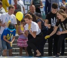 """Марина Порошенко организовала флешмоб """"Рожденные свободными"""""""