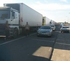 240 грузовиков застряли на Крымской границе