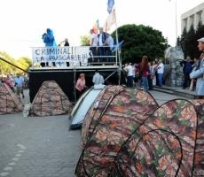 Протестующие в Молдове утепляют палатки и строят деревянные домики