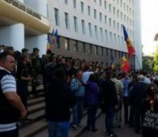 В Молдове митингующие захватили парламент