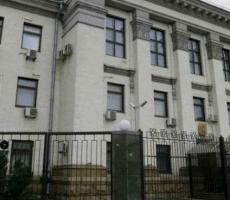 Российское посольство в Киеве закидали яйцами