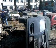 В Москве лопнувшая труба повредила своим напором воды 10 машин