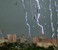 Гроза с сильным дождем идет на Москву