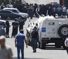 Врачей в Ереване взяли в заложники
