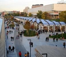 Музеон: BMW не может кататься по пешеходным дорожкам в Москве