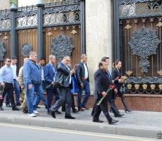 Узбеки стихийно стекаются к своему посольству