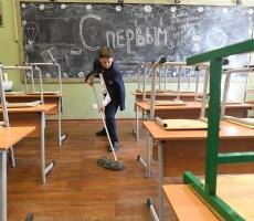 Российские школьники снова будут самостоятельно убирать в классах