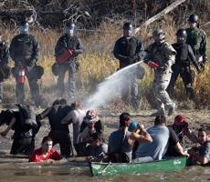 В Северной Дакоте протестующих разогнали резиновыми пулями и слезоточивым газом