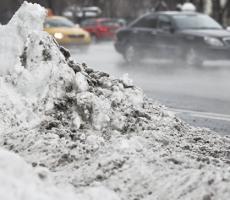 Московские улицы заваливает снегом