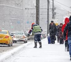 Снегопад обрушился на новогоднюю Москву