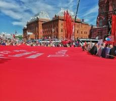 Молодежное крыло РОС развернуло самое большое Знамя Победы