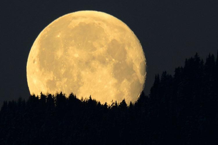 Луна угрожает психике людей и гравитационной стабильности Земли